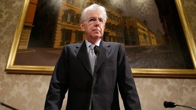Mario Monti vor einem Gemälde.