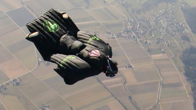 Ein Wingsuit-Flieger.