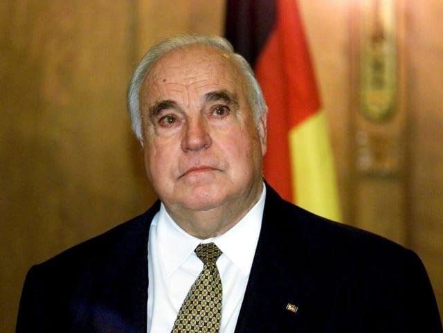 Helmut Kohl hat Tränen in den Augen.