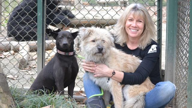 Eine Frau mit zwei Hunden.
