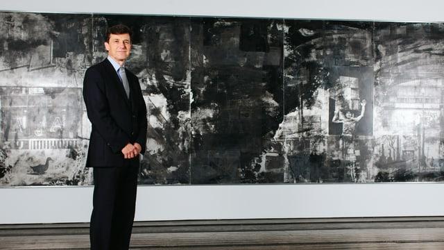 Josef Helfenstein vor einem Gemälde