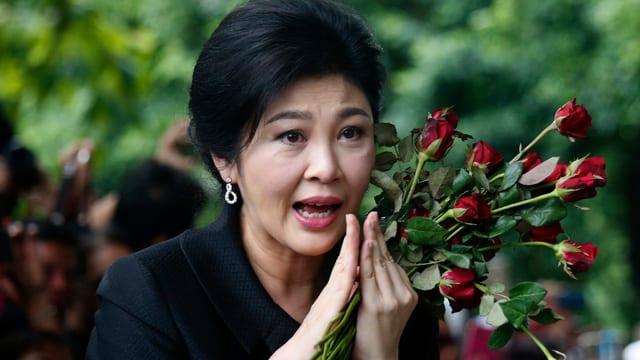 Yingluck mit Rosen