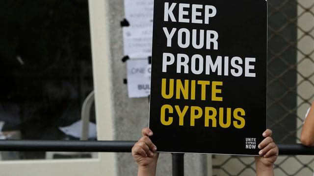 mauns d'in uffant che tegnan si in placat per l'unitad da la Cipra