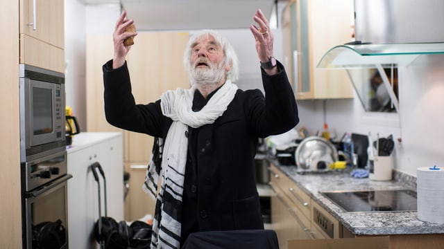Pfarrer Ernst Sieber steht in seinem Pfuusbus, einem Heim für Obdachlose.