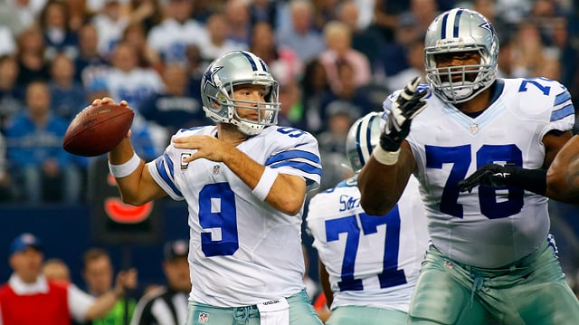 Dallas Cowboys mit American Football in Hand
