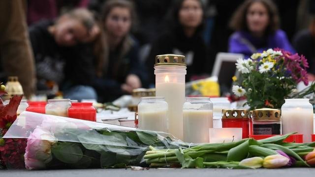 Blumen und Kerzen vor der Synagoge in Halle.