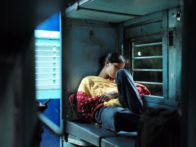 Eine Frau im Zug, schwer zu beschreiben, sorry.