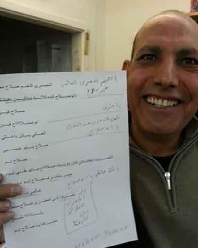 Zu sehen ist ein Ägypter, der ein A4-Papier in die Kamera zeigt. Auf dem Blatt Papier sind einige Sätze auf Arabisch.