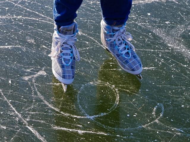 Schlittschuhe auf Eis