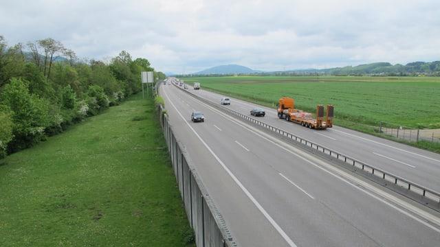 Blick von der Autobahnbrücke bei Oensingen auf die A1, in Fahrtrichtung Härkingen.