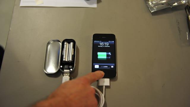 Im FabLab entstehen nützliche Dinge wie eine tragbares Ladegerät für das iPhone.