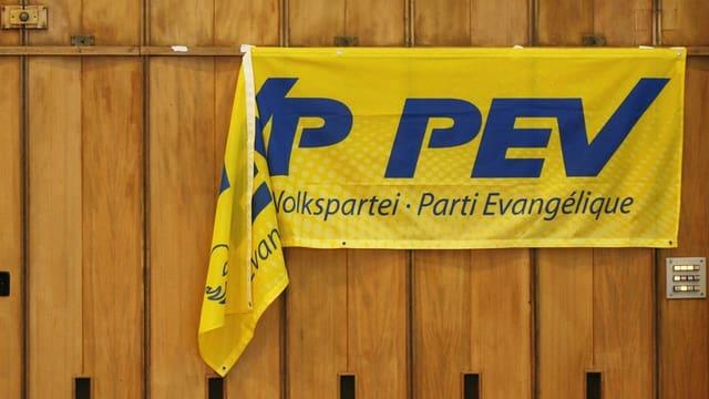 EVP Fahne hängt schief von einer Bretterwand