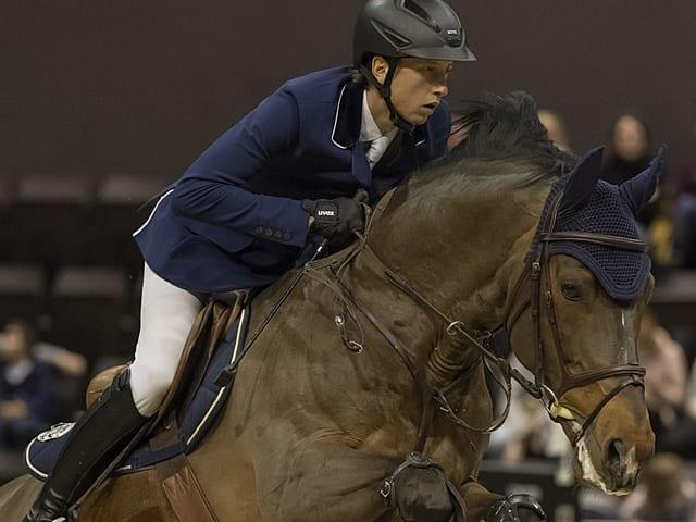 Martin Fuchs sitzt im Sattel seines Pferdes.