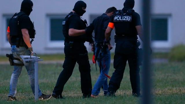 Drei Polizisten und der Tatverdächtige