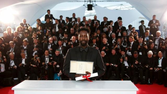 Regisseur Ladj Ly posiert im Mai 2019 mit dem Jury-Preis vor den Fotografen in Cannes.