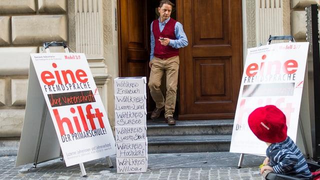 Plakate und Schachteln vor dem Luzerner Regierungsgebäude.