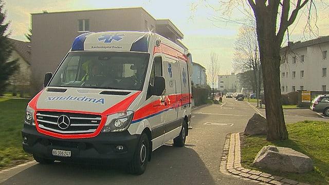 Krankenauto am Tatort, im Hintergrund