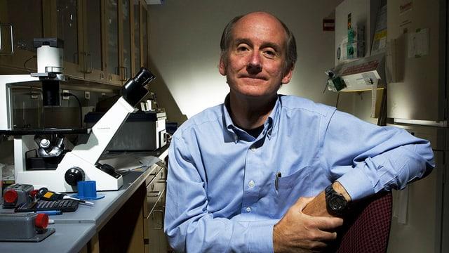Ein Mann mit Stirnglatze in einem Labor.