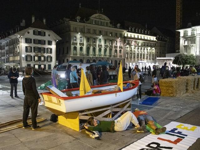 Klimaaktivisten mit einem Boot auf dem Bundesplatz
