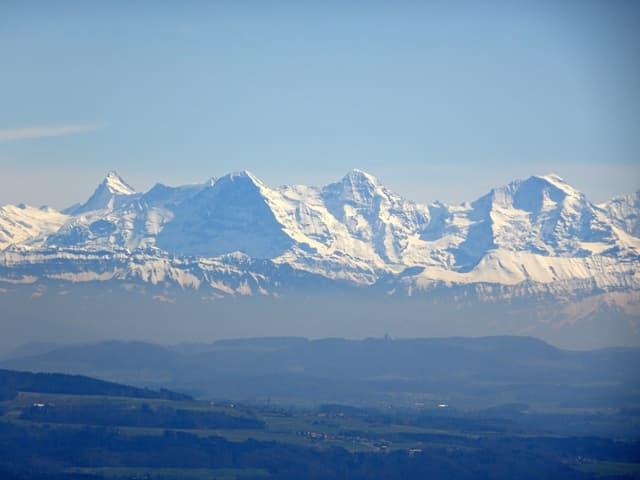 Vom Chasseral aus über das Berner Mittelland zeigen sich im Hintergrund die noch weissverschneiten Berner Alpen..