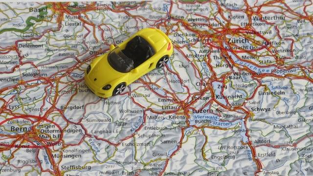 Spielzeugauto auf Strassenkarte