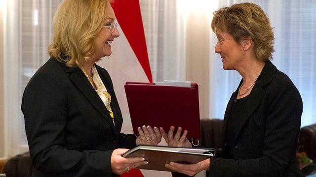 Bundesrätin Eveline Widmer-Schlumpf und die österreichische Finanzministerin Maria Fekter tauschen die Dokumente des Steuerabkommens.