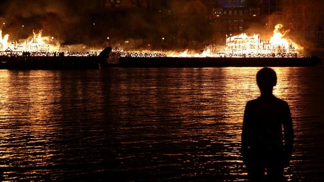 Brand auf einem Modell auf dem Wasser