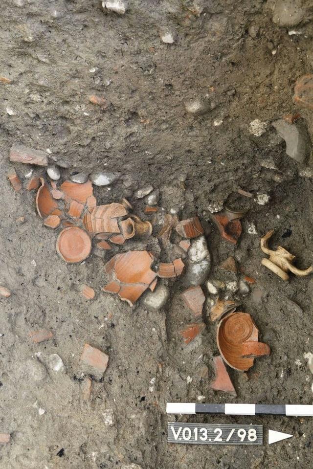 Die zahlreichen grossen Keramikstücke stammen von römischen Kochtöpfen, Krügen und Olivenölamphoren.