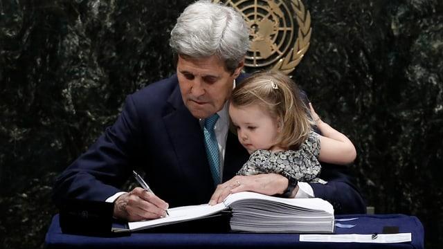 US-Aussenminister John Kerry unterschreibt das Klimaabkommen, mit Enkelin auf den Knien
