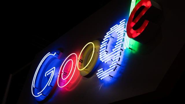 Ein leuchtendes Google-Logo.