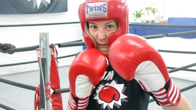 Linda Briem in Boxerpose mit Kopfschmuck