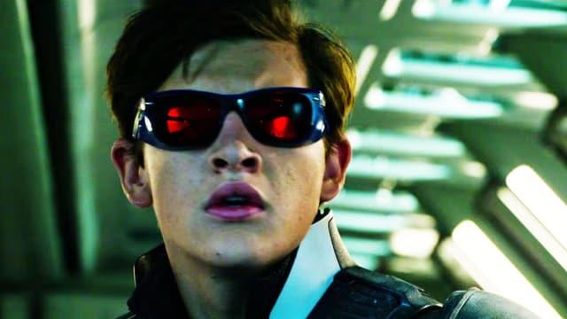 Junge mit Sonnenbrille.