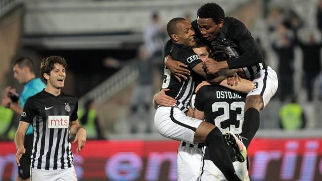 Spieler von Partizan Belgrad jubeln.