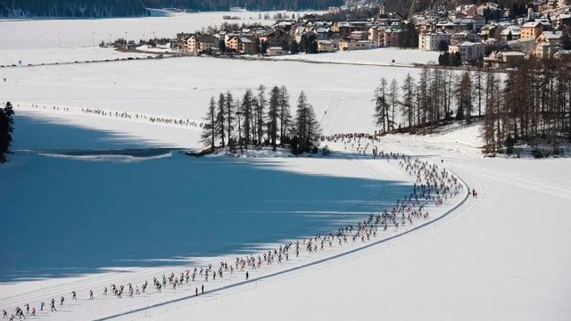 Teilnehmer des Skimarathons auf dem gefrorenen Champfèrersee, Luftaufnahme.