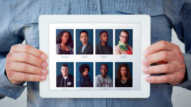 Ein Mann im blauem Hemd hält ein Tablet vor seinem Bauch, auf dem 8 Fotos zu sehen sind.