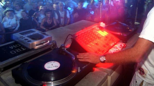 DJ bedient den Plattenteller