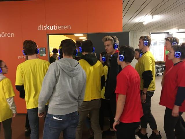 Schüler mit blau leuchtenden Kopfhörern