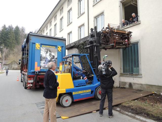 Der 1000 Kilogramm schwere Webstuhl wird zum Fabrikfenster gehievt.
