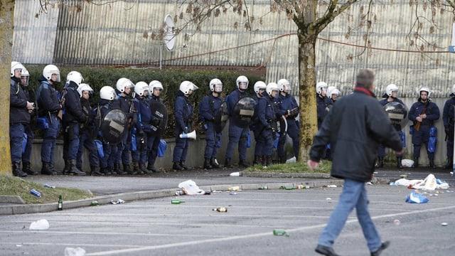 Polizisten versammelt vor einem Fussballspiel.