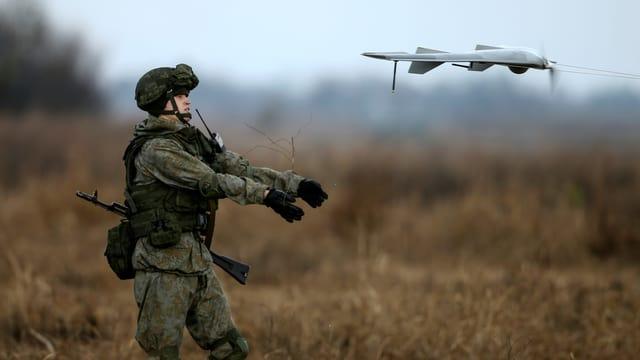 Soldat mit Drohne
