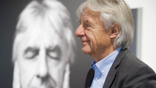 Emil Steinberger vor seinem eigenen Porträtbild stehend.