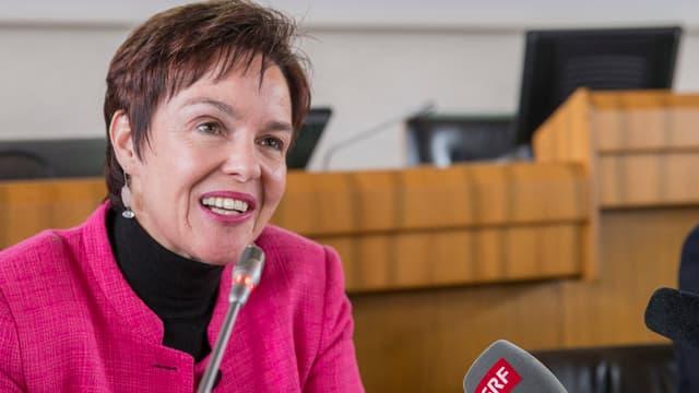 Die gewählte Regierungsrätin Monica Gschwind neben einem SRF-Mikrophon