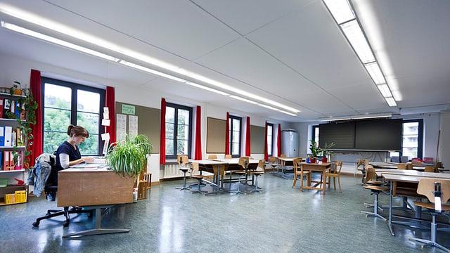 Lehrerin im leeren Klassenzimmer