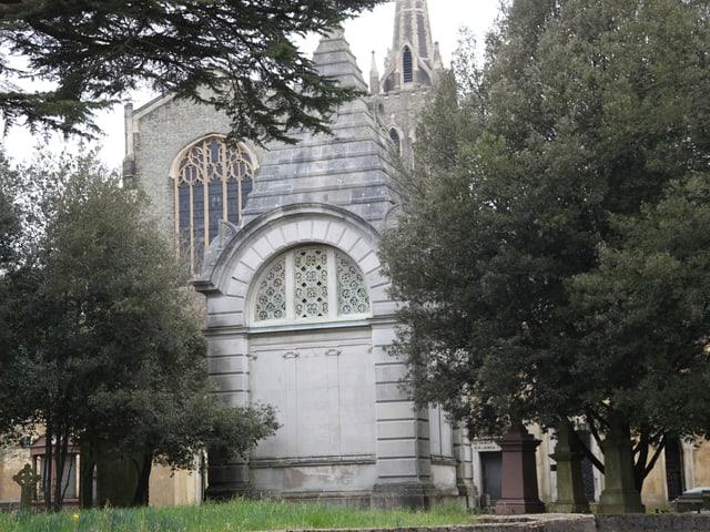 Aussenansicht eines weissen Mausoleums mit spitzem Dach