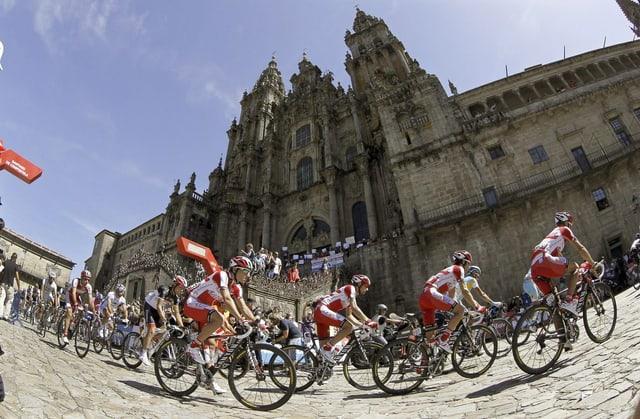 Das Feld der Vuelta in Santiago de Compostela.