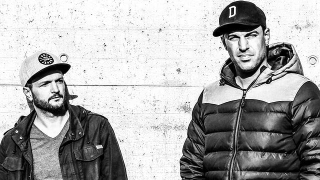 schwarzweissfotot zweier rapper circa 40 jahre alt