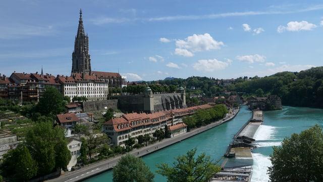 Das Berner Münster vor einem fast wolkenlosen Himmel.