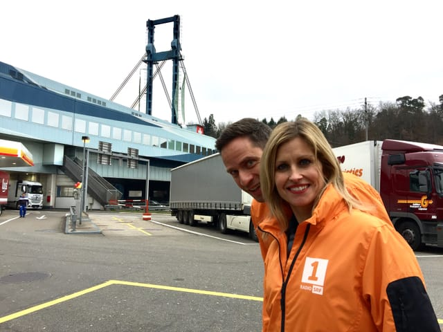 Sabine Dahinden und Adrian Küpfer  stehen vor einem Gebäude.