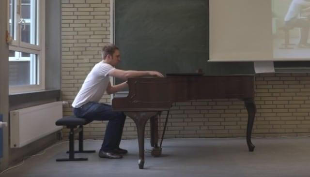 Ein Mann sitzt an einem Klavier.