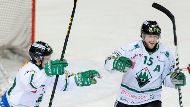 Zwei Spieler des EHCO auf dem Eisfeld jubeln.
